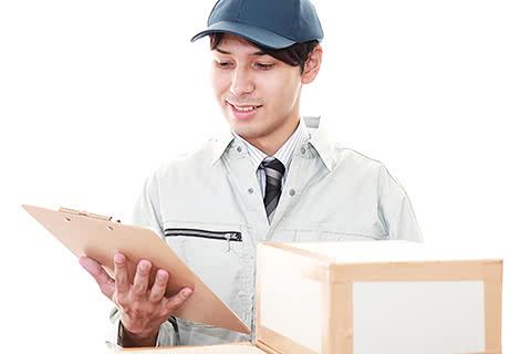 イメージ写真 男性の買取屋さんスタッフがその場で商品を査定する様子のイメージ写真