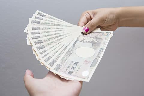 イメージ写真 お見積りの査定額にご満足頂き、その場で現金を受取る様子のイメージ写真
