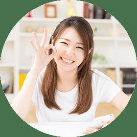 イメージ写真 買取屋さんグループのきめ細やかな査定に満足する笑顔で長髪の女性のイメージ写真
